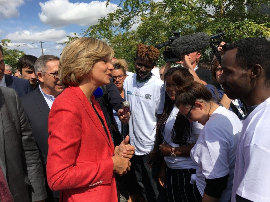Valérie Pécresse, présidente de la région Île-de-France, avec les stagiaires E2C lors de la foire de Châlons