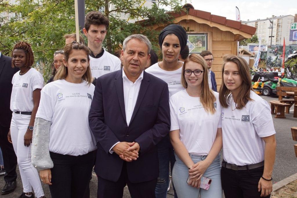 Xavier Bertrand, président de la région Hauts-de-France, et des stagiaires E2C