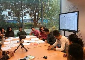 Tibo Inshape en atelier de français avec les jeunes de l'E2C